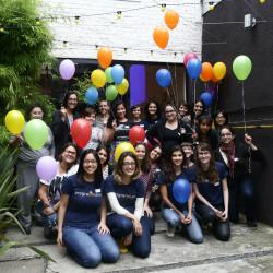 Nós, maravilhosas, e nossos balões em frente ao Preto Café. Foto: Alile Dara